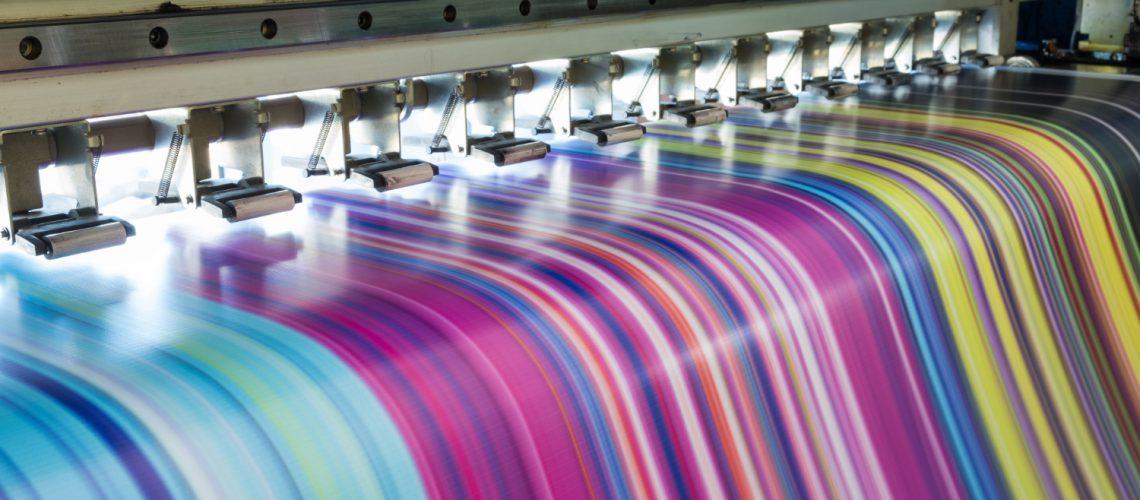 large-inkjet-printer-working-multicolor-vinyl-banner